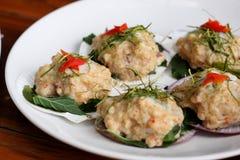 与咖喱酱的被蒸的鱼在壳服务 免版税图库摄影