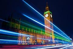 交通通过伦敦在晚上 免版税图库摄影