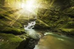 Солнце светя над рекой с утесами и речными порогами Стоковое Изображение RF