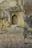 有窗口的老破裂的墙壁 免版税库存照片
