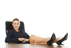 Συνεδρίαση επιχειρηματιών με τα πόδια στο γραφείο Στοκ Φωτογραφία