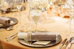 典雅的桌在婚姻或事件党的软的奶油设置了 库存照片