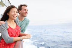 Ζεύγος κρουαζιερόπλοιων ρομαντικό στη βάρκα Στοκ Εικόνες