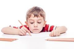 男孩在桌上 免版税库存照片