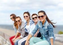微笑的十几岁的女孩消磨时间和朋友一起 图库摄影