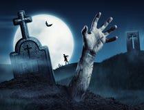 Рука зомби приходя из его могилы Стоковые Фотографии RF