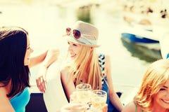 戴香槟眼镜的女孩在小船 图库摄影