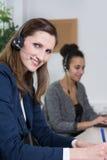 两名妇女在办公室工作 图库摄影