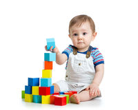 演奏积木玩具的小小孩 库存图片