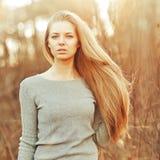 有完善的长的别致的头发的可爱的年轻白肤金发的妇女 免版税库存图片