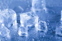 Кубы льда, питье спирта Стоковые Изображения
