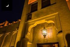 在迪拜的老部分的阿拉伯街道 免版税图库摄影