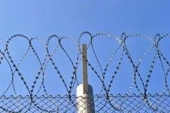 有锋利的导线的铁丝网篱芭 库存图片