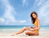 放松在海滩的美丽,运动和性感的妇女 免版税库存照片