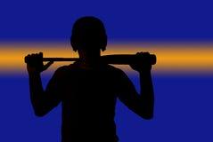 Приведите нашивку в действие через силуэт летучей мыши удерживания бейсболиста Стоковая Фотография