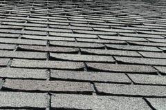 在议院或家的老坏和卷曲的屋顶木瓦 免版税库存照片