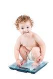 重量等级的逗人喜爱的女婴,隔绝在白色 免版税库存图片