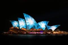 悉尼歌剧院夜生动的轻的节日 库存图片