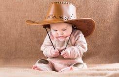 一个大牛仔帽的滑稽的婴孩 免版税库存照片