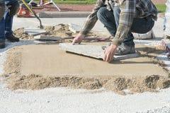 Дом или улучшение дома, кладя каменный благоустраивать патио Стоковое Изображение RF