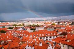 在雨以后的彩虹在老屋顶上上升 免版税图库摄影