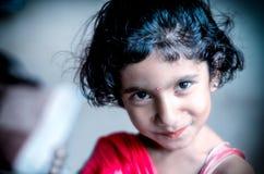 微笑的女孩孩子画象 免版税库存图片