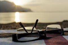 玻璃和海滩毛巾 免版税库存图片