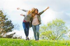Девушки танцуя в парке Стоковые Изображения RF