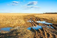 与路的秋天农村风景 图库摄影