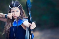 森林有弓箭的猎人女孩 免版税库存照片