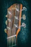 老多灰尘的吉他头 免版税库存照片