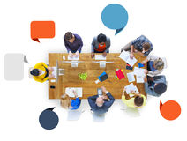Группа в составе разнообразные бизнесмены работая в команде Стоковые Изображения RF