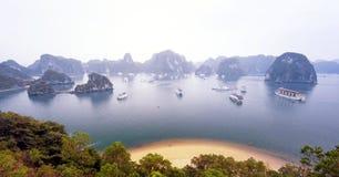 温暖的太阳光在日出的下龙湾越南 全景土地 库存照片