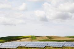 小山和葡萄园有太阳电池板的领域的 免版税库存照片