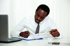Африканский документ подписания человека Стоковые Фото