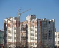 在蓝色清楚的无云的天空的新的楼房建筑 免版税库存图片