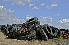 老拖拉机轮胎和外缘土墩  免版税库存图片