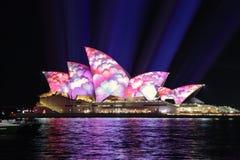 在生动的悉尼期间,悉尼歌剧院在花盖了 免版税库存照片
