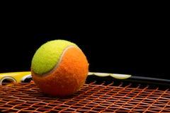 孩子的网球与网球拍 免版税图库摄影