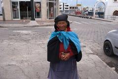老妇人在市场上 免版税库存图片