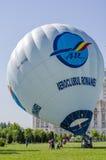准备好热空气的气球被举 免版税图库摄影