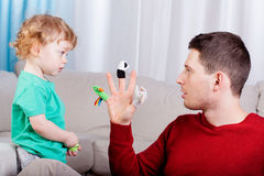 Молодой папа играя с его сыном Стоковая Фотография RF
