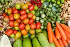 新鲜的有机菜、草本和香料在市场上 库存图片
