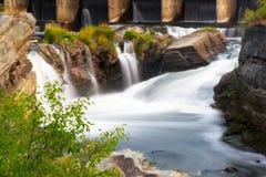 流动的水落在老岩石 免版税库存图片