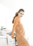 Портрет женщины нося лицевую косметическую маску Стоковая Фотография
