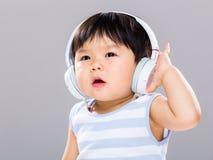 有耳机的男婴 图库摄影