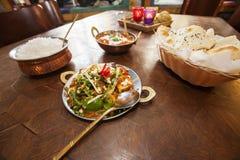 食物供食在桌上在餐馆 免版税库存照片