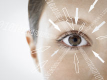 Портрет конца-вверх коммерсантки при разряды двоичного числа и знаки стрелки приближать к ее глаз против белой предпосылки Стоковое фото RF