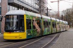 黄色电车在行动的柏林 图库摄影