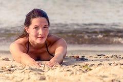 放置在沙子的美好的女性模型 库存照片